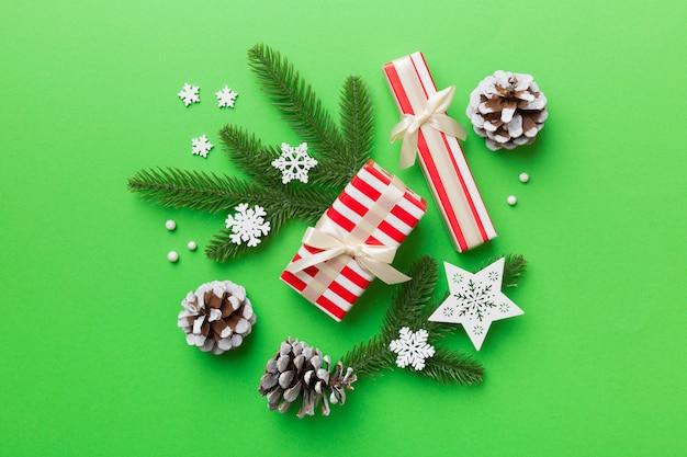 クリスマスの飾りとモミの木の枝と暗いテーブルのギフトボックス。コピースペースのある上面図フレーム