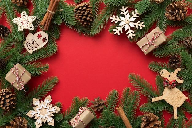 크리스마스 장식과 전나무 나무 가지와 선물 boxon 어두운 테이블. 복사 공간이 있는 상위 뷰 프레임