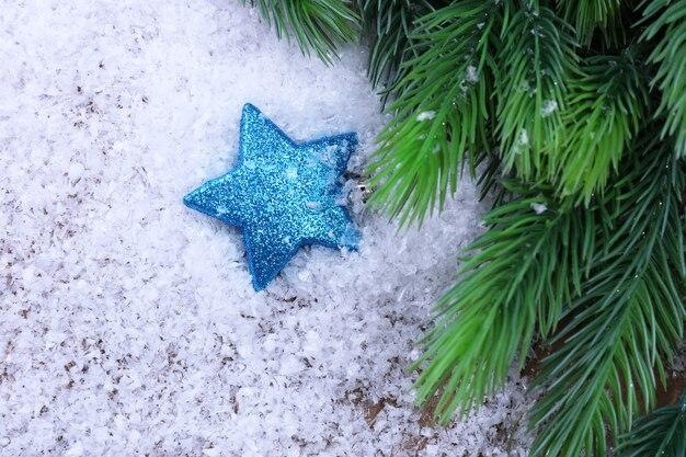 밝은 배경에 크리스마스 장식과 전나무