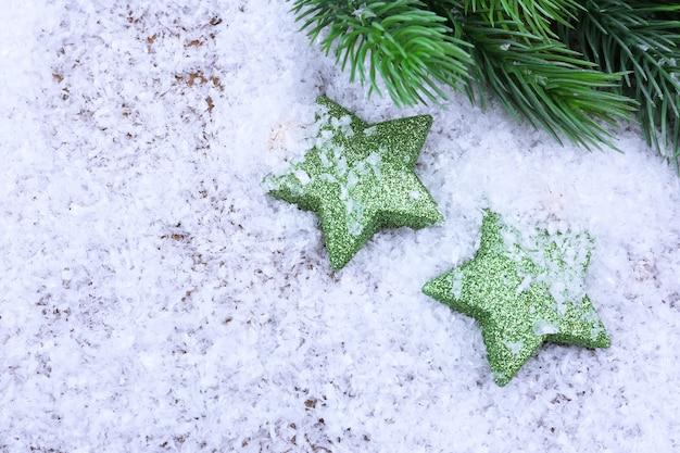 明るい背景の上のクリスマスの装飾とモミの木