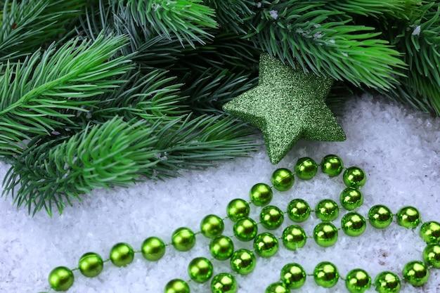 밝은 표면에 크리스마스 장식과 전나무