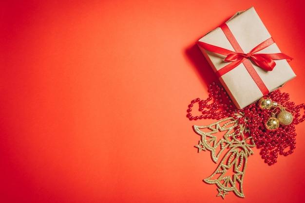 クラフト紙のクリスマスデコレーションとギフトボックス。