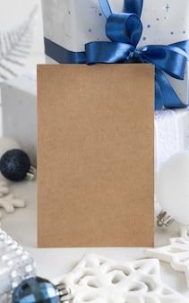 Рождественские украшения и подарочная коробка с пустой картой, макет