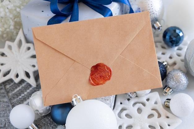 Рождественские украшения и подарочная коробка с пустым конвертом, макет