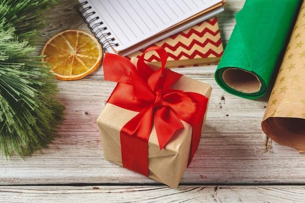 Рождественские украшения и подарочная упаковка на деревянном фоне с копией пространства