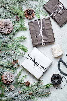 テーブルの上のクリスマスの装飾とギフト