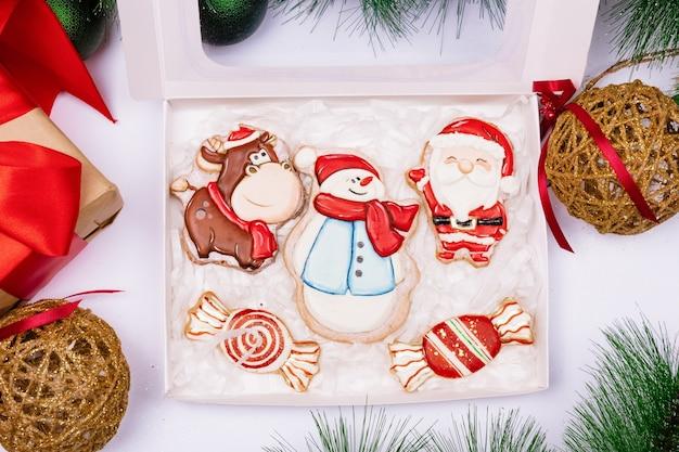 크리스마스 장식과 흰색 표면에 수제 진저 쿠키, 디자인을위한 평면도 여유 공간