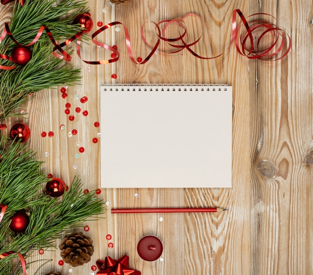 Рождественские украшения и блокнот