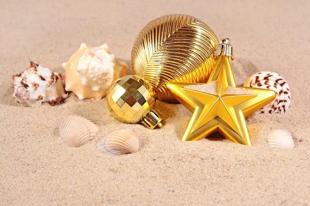 Рождественские украшения и ракушки на песчаном пляже