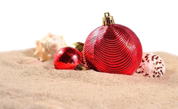Рождественские украшения и ракушки на белом фоне
