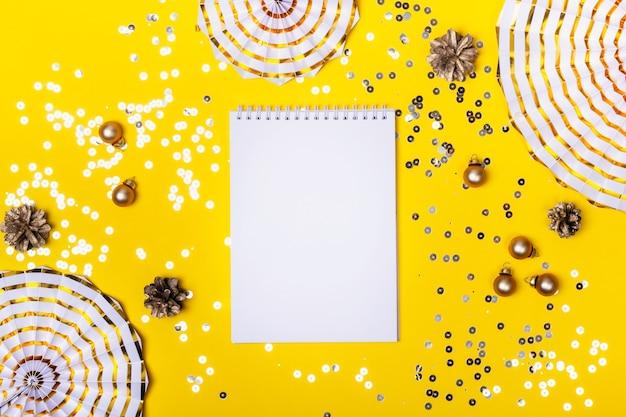 クリスマスの飾りと黄色の輝き