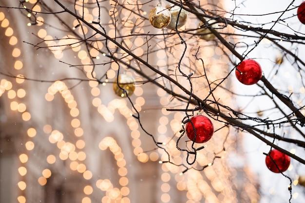 모스크바 중심부의 나무 가지에 크리스마스 장식과 반짝이는 화환이 매달려 있다