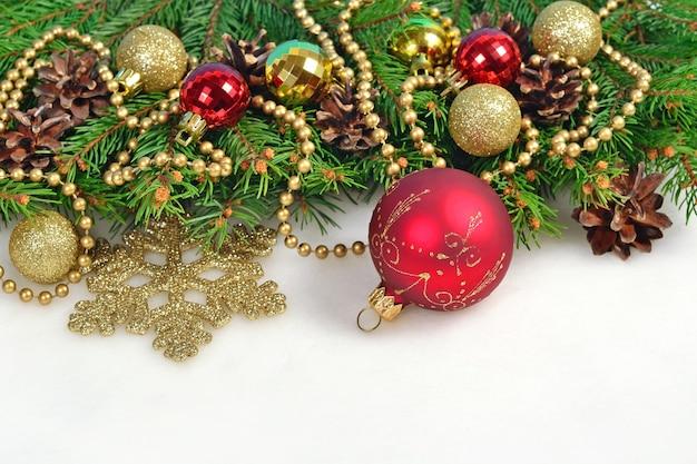 クリスマスの装飾とトウヒの枝と白のコーン