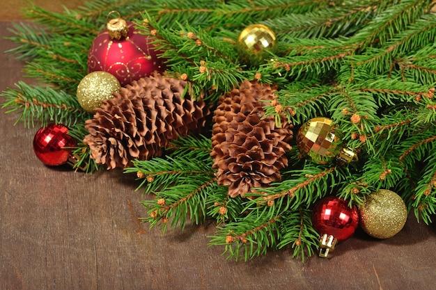 クリスマスの装飾とトウヒの枝と木の背景の上の円錐形