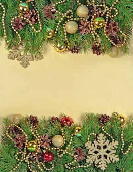 クリスマスの飾りとトウヒの枝と円錐形