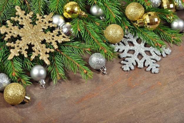 クリスマスの装飾と木製の背景にトウヒの枝