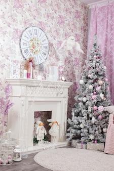クリスマスの装飾と背景の木。ピンクの色合い。
