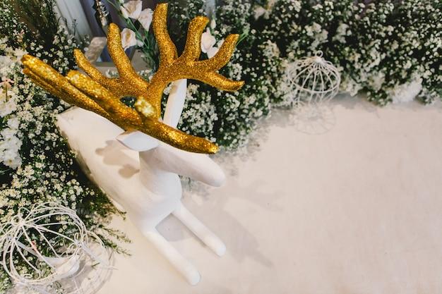 Рождественские украшения - олени и белые птицы в клетке.