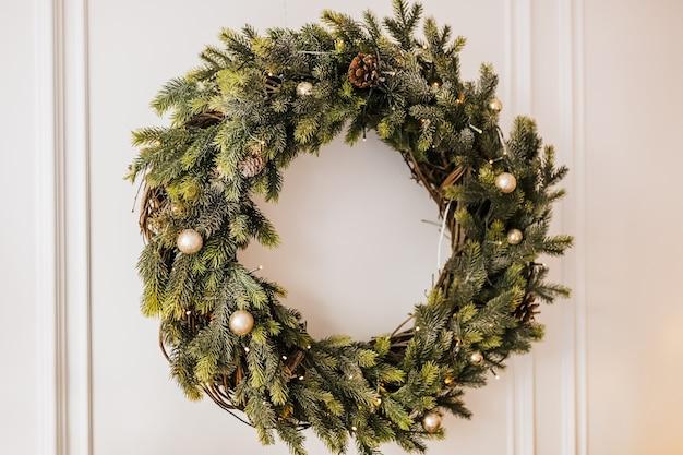 Рождественские украшения дома. новогодние огни, игрушка, венок и елка ноэль