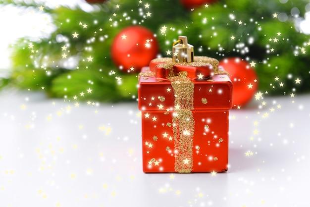 クリスマスの装飾、クリスマスツリーの枝、白で隔離