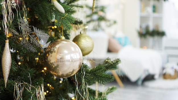 クリスマスの飾り、クリスマス ツリー、ギフト、金色と白の新年