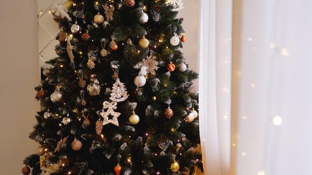 クリスマスの飾り、クリスマスツリー、ギフト、金色の新年