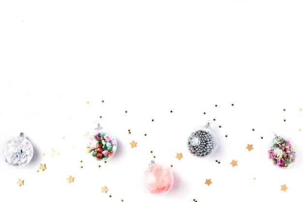クリスマスの飾り。クリスマス、冬、新年のコンセプト。モミの木の枝、松ぼっくり、クリスマスボール、白い背景の上の装飾。フラットレイ、上面図、コピースペース