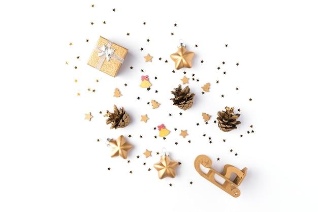 金の星、松ぼっくり、白い背景で隔離のモックアップのギフトとクリスマスの装飾コレクション。上面図。フラットレイ