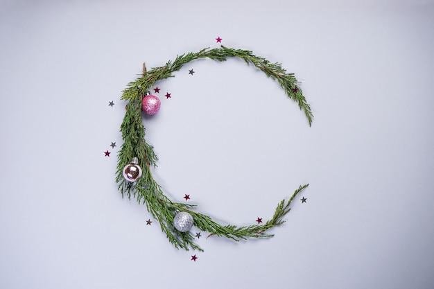クリスマスの装飾、灰色のカラフルなボールとモミの枝。平置き、平置き。