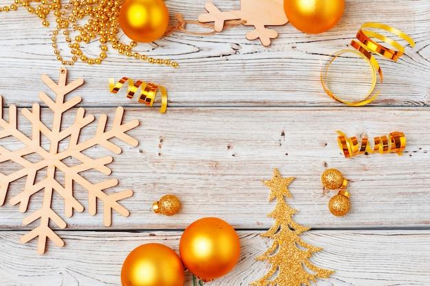 가벼운 나무 표면에 크리스마스 장식 flatlay