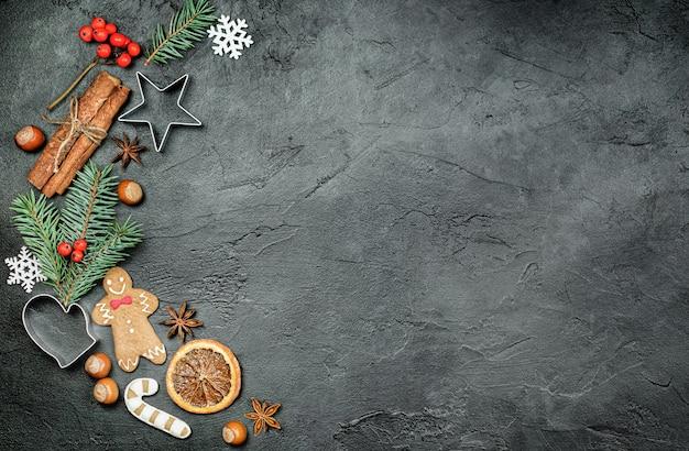 어두운 배경에 크리스마스 장식, 진저브레드, 쿠키 커터