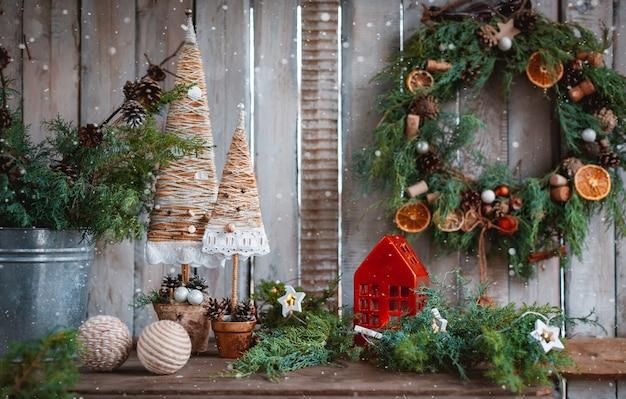 크리스마스 장식 수제 양초. 손으로 만든 섬유 크리스마스 트리를 직접 손으로 축제 테이블. 저렴한 새해.