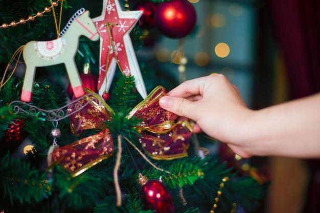 Рождественские украшения, висящие на сосновых ветках с праздничным фоном