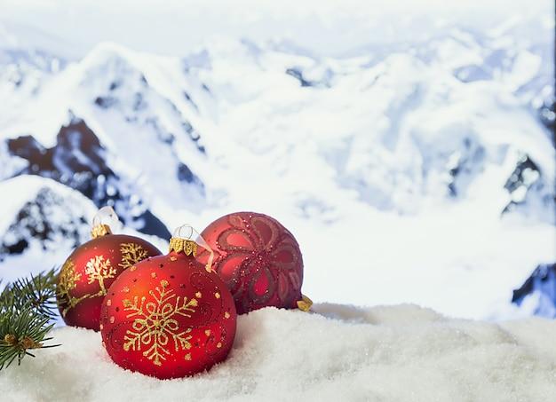 雪山の前の雪の吹きだまりのクリスマスの装飾冬のクリスマスの表面