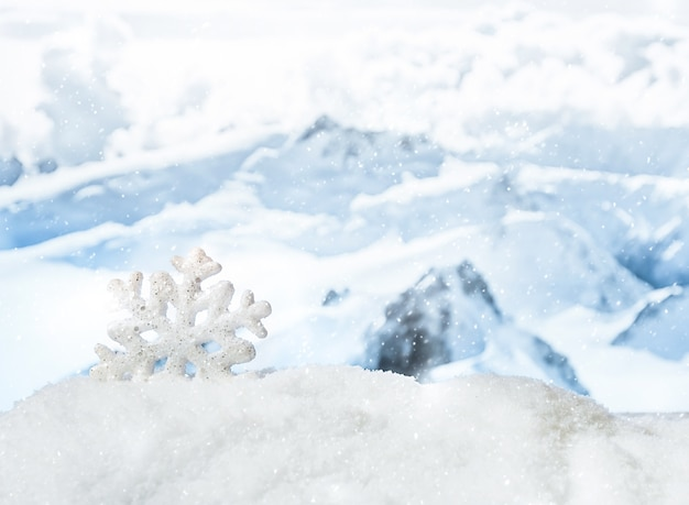 Рождественские украшения в сугробе перед заснеженными горами