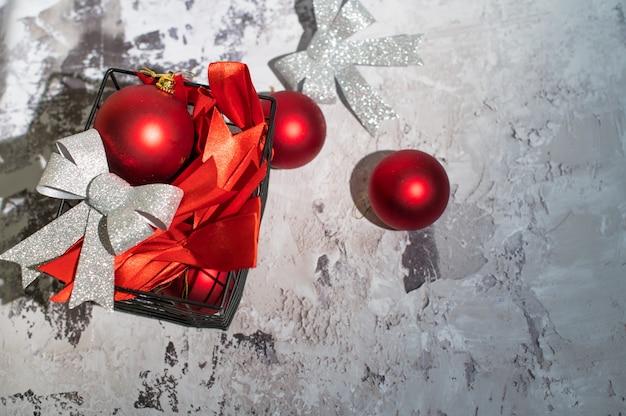 Рождественские украшения в корзине на белом бетоне. плоская планировка