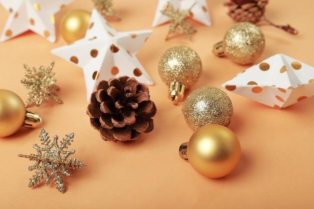 Елочные игрушки в золотисто-коричневых тонах с елочными шарами