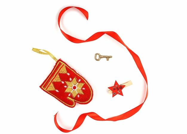 Рождественские украшения в красных и золотых тонах изолированы