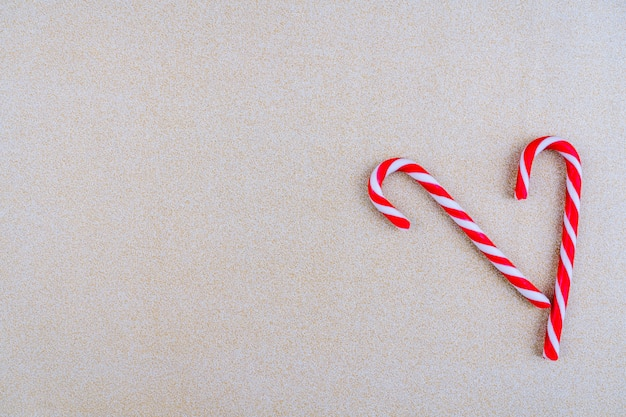 赤いリボンとクリスマスキャンディーと赤い色のクリスマスの装飾。メリークリスマスのグリーティングカード