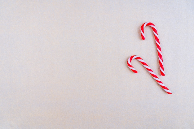 赤いリボンとクリスマスキャンディーと赤い色のクリスマスの装飾。