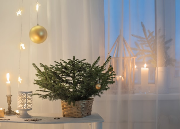 白いヴィンテージのインテリアのクリスマスの装飾