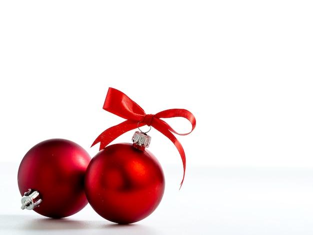 白い背景に隔離されたクリスマスの装飾