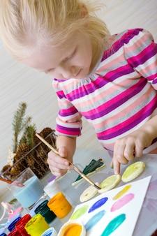 Рождественские украшения. маленькая девочка сделала и нарисовала сердце