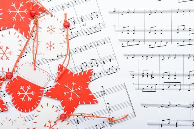 Рождественские украшения, лежащие на листе заметок
