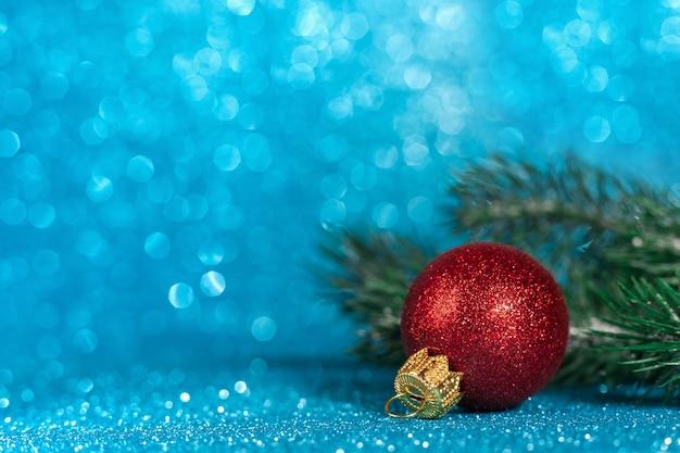 흐린 된 반짝이 배경, 복사 공간에 나뭇 가지와 빨간 공으로 만든 크리스마스 장식