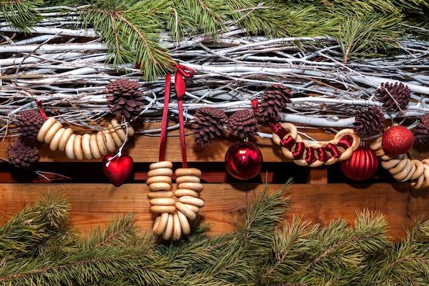 ベーグル、コーン、ボールのクリスマスデコレーション手作りの背景のクリスマスデコレーション