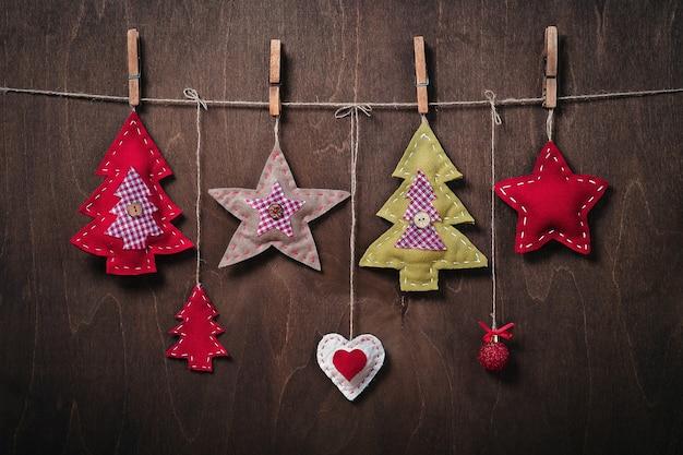 펠트로 만든 나무 공예품의 배경에 크리스마스 장식