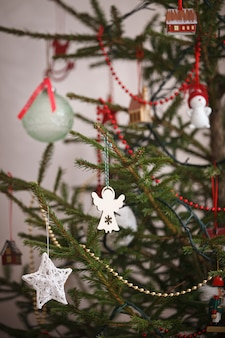 Елочные игрушки на красивой натуральной елке