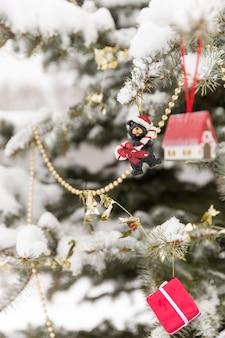 Рождественские украшения на красивом дереве со снегом на открытом воздухе