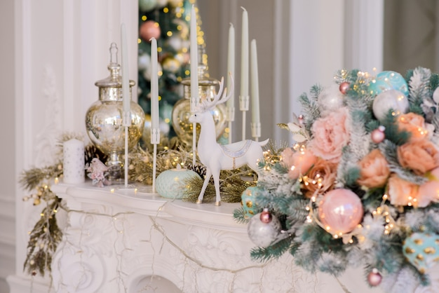 Рождественские украшения на большом белом камине